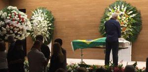 Roberto Dinamite faz oração junto ao caixão de Carlos Alberto Torres